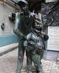 Коровьев и Бегемот встречают посетителей у музея «Булгаковский дом».